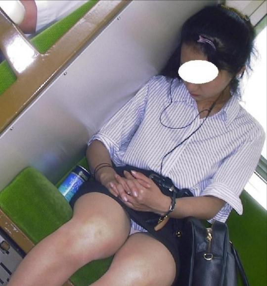 電車で居眠りパンチラしてる素人娘の盗撮エロ画像25枚・12枚目の画像