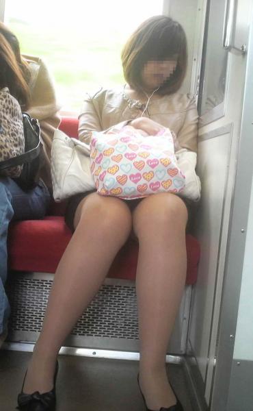 電車で居眠りパンチラしてる素人娘の盗撮エロ画像25枚・14枚目の画像