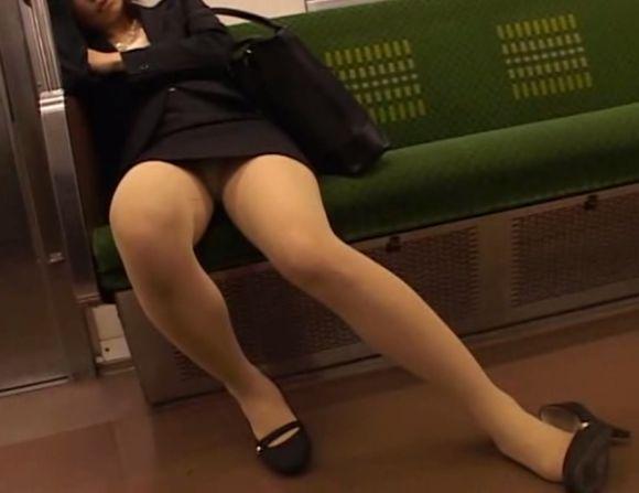 電車で居眠りパンチラしてる素人娘の盗撮エロ画像25枚・15枚目の画像