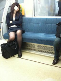 電車で居眠りパンチラしてる素人娘の盗撮エロ画像25枚・17枚目の画像