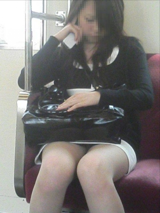 電車で居眠りパンチラしてる素人娘の盗撮エロ画像25枚・20枚目の画像