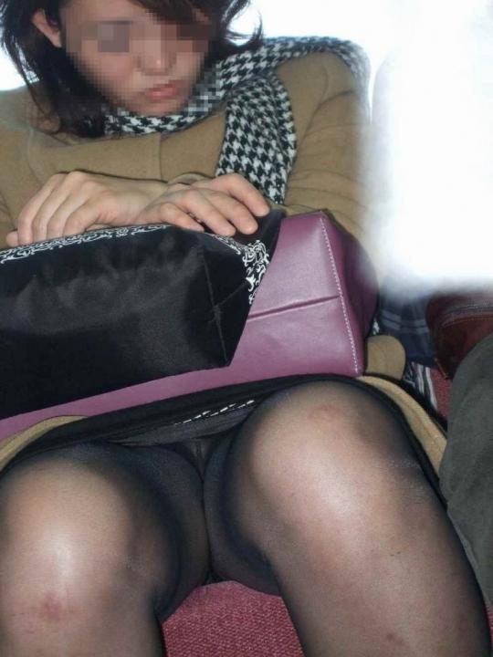 電車で居眠りパンチラしてる素人娘の盗撮エロ画像25枚・21枚目の画像