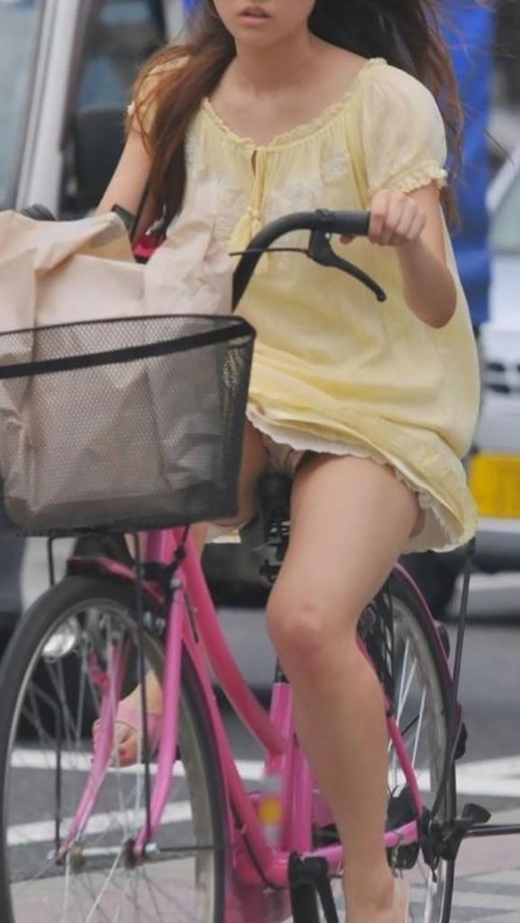 【エロ画像】自転車パンチラって一瞬しか見れないからじっくり見たいよなwwwwwwwwwwwwwww(秘密撮影えろ画像あり)