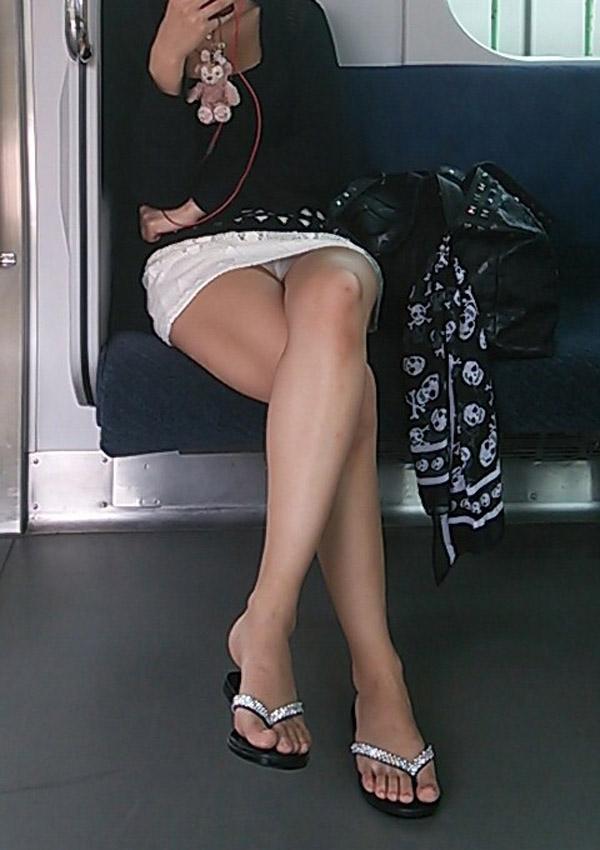 列車内で正面でパンツ丸見え拝める特等席へ座れた日ってご機嫌なるよなwwwwwwwwwwwwww(秘密撮影えろ写真あり)