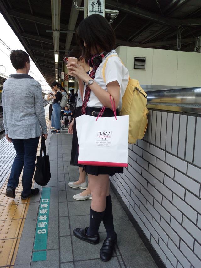 駅のホームで激写された芋10代小娘が生々しくREALwwwwwwこれは真性少女コンのみがヌけるやつかもwwwwww(秘密撮影えろ写真あり)