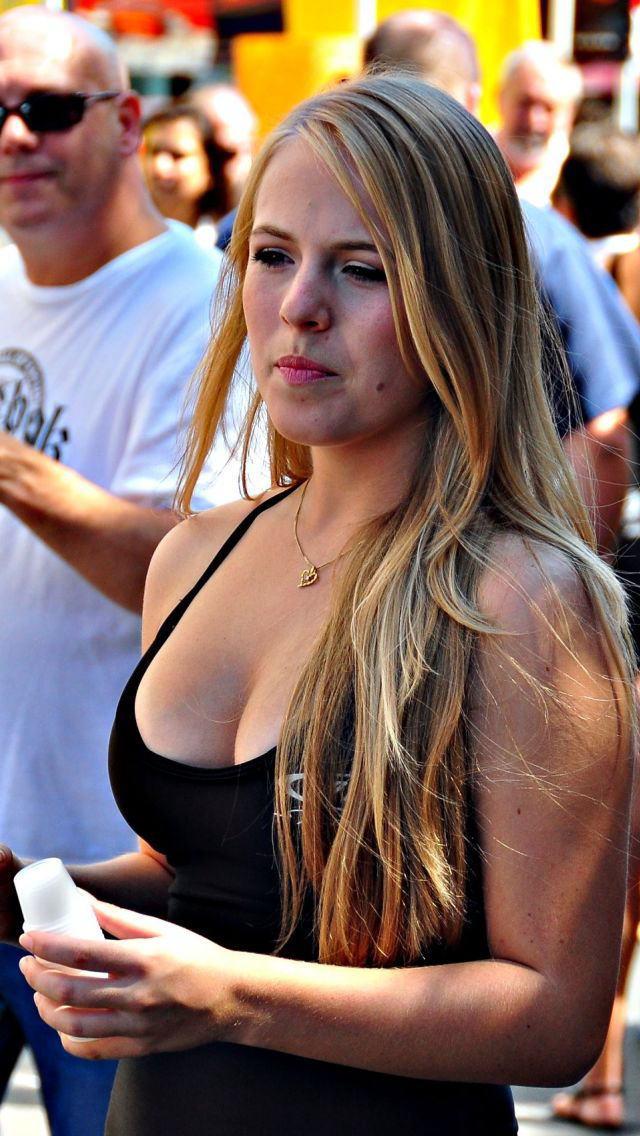爆乳率が高い外国人素人さんの胸チラ盗撮エロ画像26枚・7枚目の画像