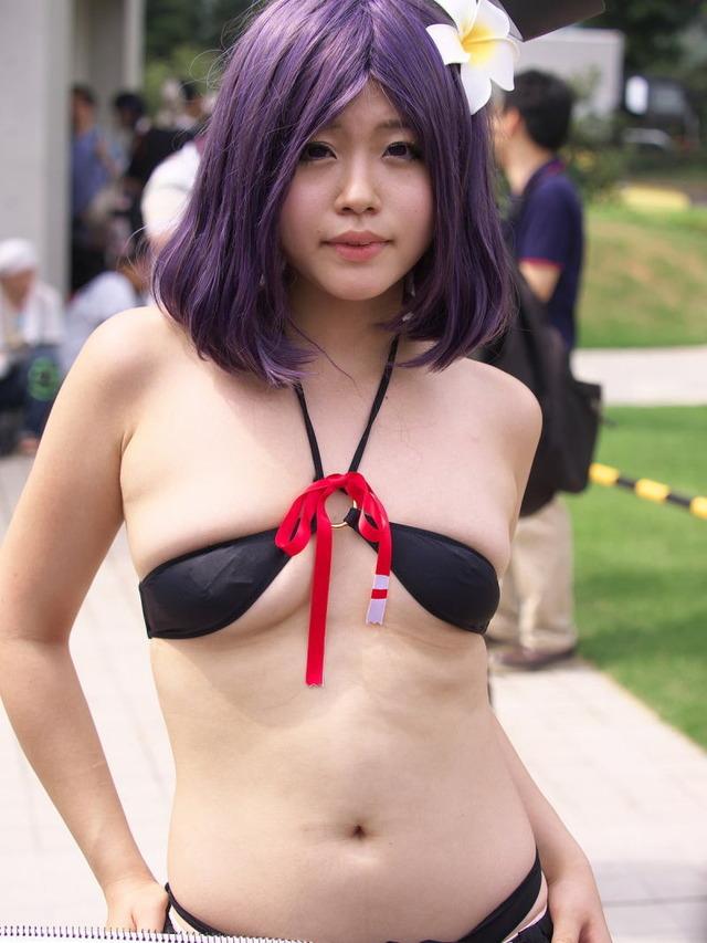 レイヤーの胸チラや下乳見放題のコミケエロ画像33枚・8枚目の画像