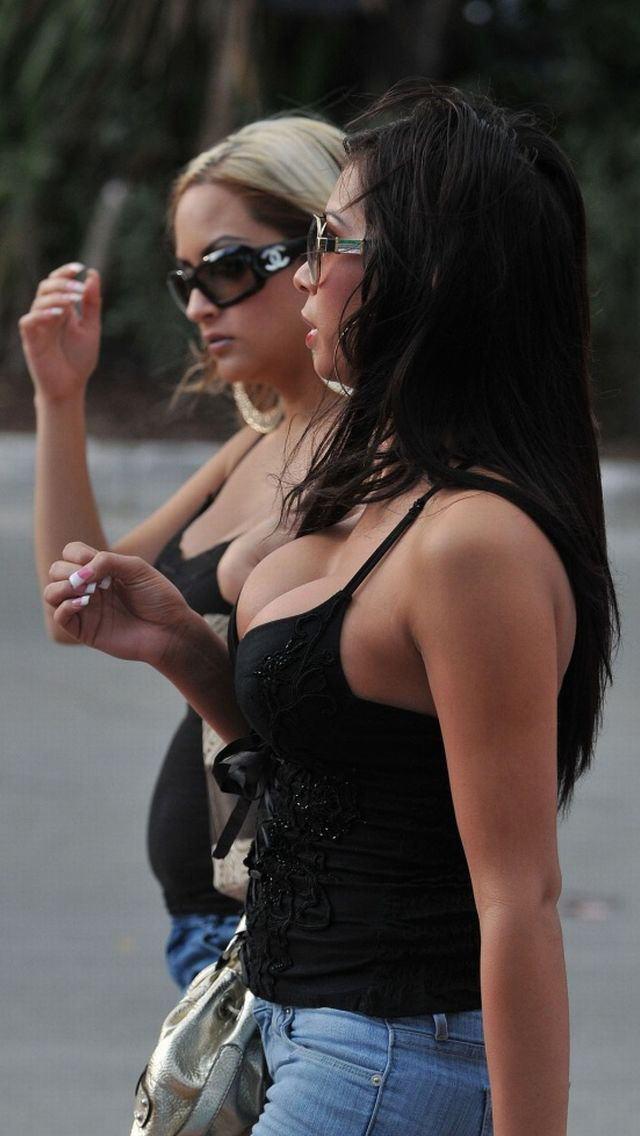 爆乳率が高い外国人素人さんの胸チラ盗撮エロ画像26枚・20枚目の画像
