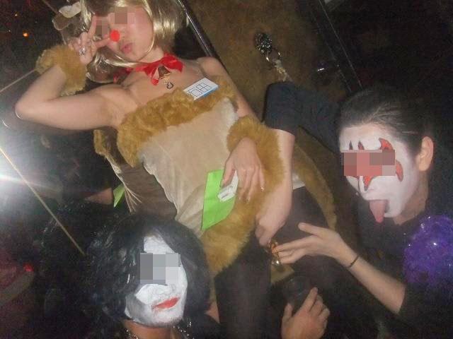 【エロ画像】ハロウイーンパーティーで酔いつぶれたビッチパリピシロウト小娘の末路・・・・・・・(画像あり)