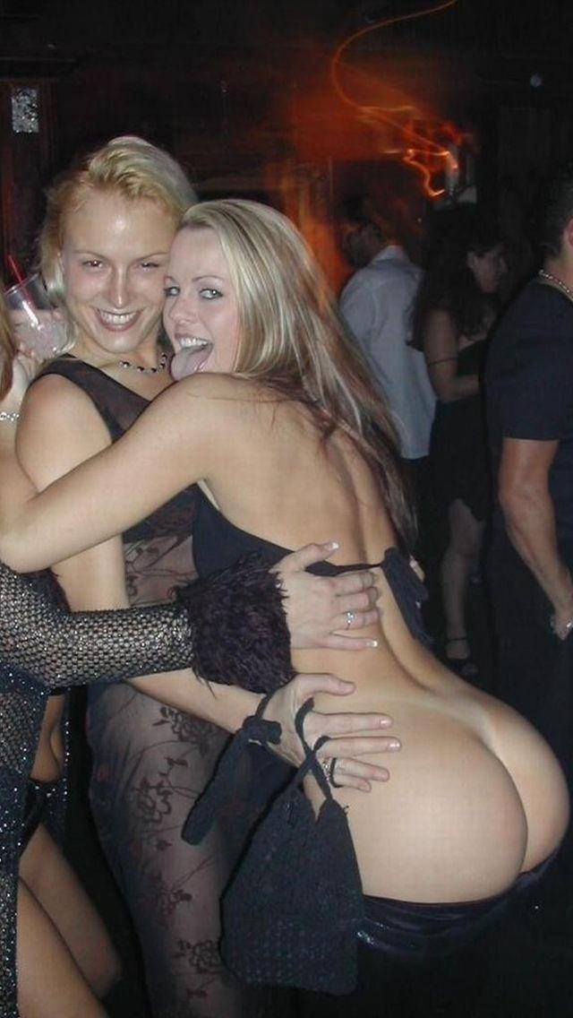 クラブで酔って露出しまくる変態外国人のエロ画像30枚・2枚目の画像