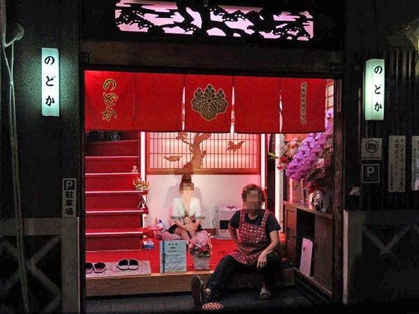 飛田新地とかいう日本最大級の売春街がカオスwwwwwww整形美女多数だぞwwwwwwwww(画像あり)・2枚目の画像