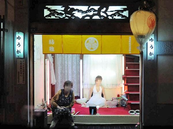 飛田新地とかいう日本最大級の売春街がカオスwwwwwww整形美女多数だぞwwwwwwwww(画像あり)・5枚目の画像