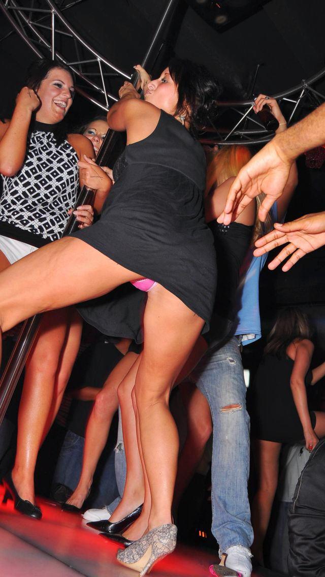 クラブで酔って露出しまくる変態外国人のエロ画像30枚・7枚目の画像