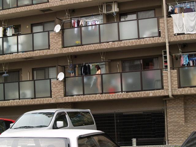 洗濯物を無防備な姿で干している素人さんの盗撮エロ画像23枚・7枚目の画像