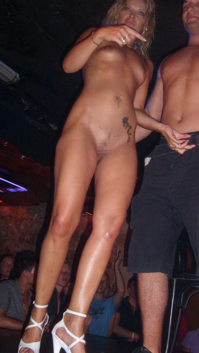 クラブで酔って露出しまくる変態外国人のエロ画像30枚・8枚目の画像