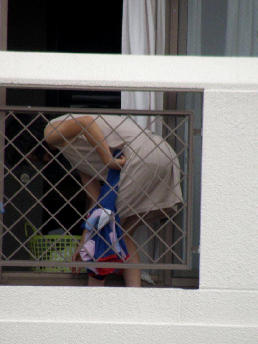 洗濯物を無防備な姿で干している素人さんの盗撮エロ画像23枚・8枚目の画像