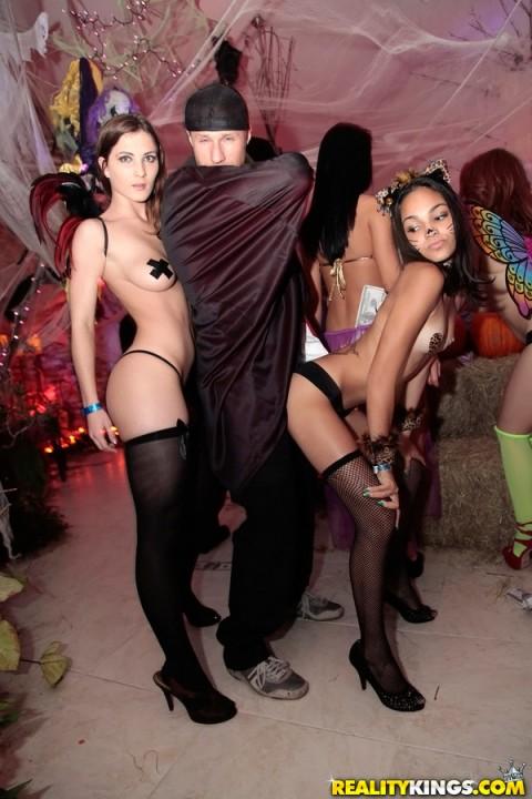 海外のハロウィン乱交パーティーエロ画像21枚・15枚目の画像
