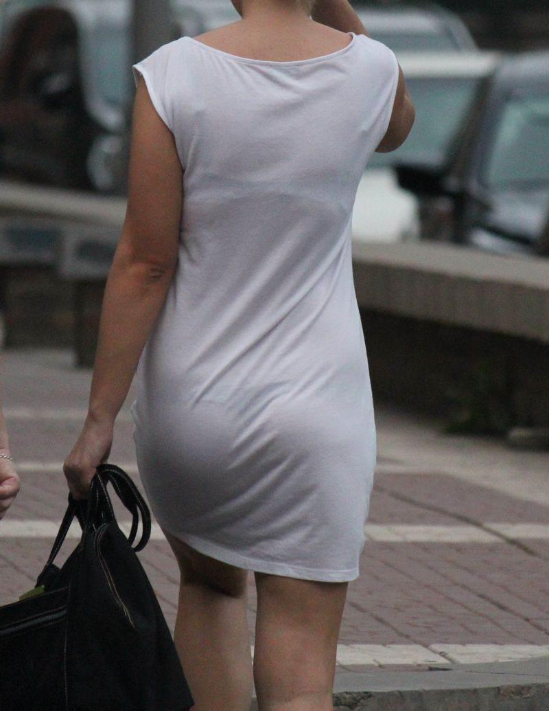 ワンピースで透けパンして街を歩く素人娘を盗撮した画像25枚・15枚目の画像