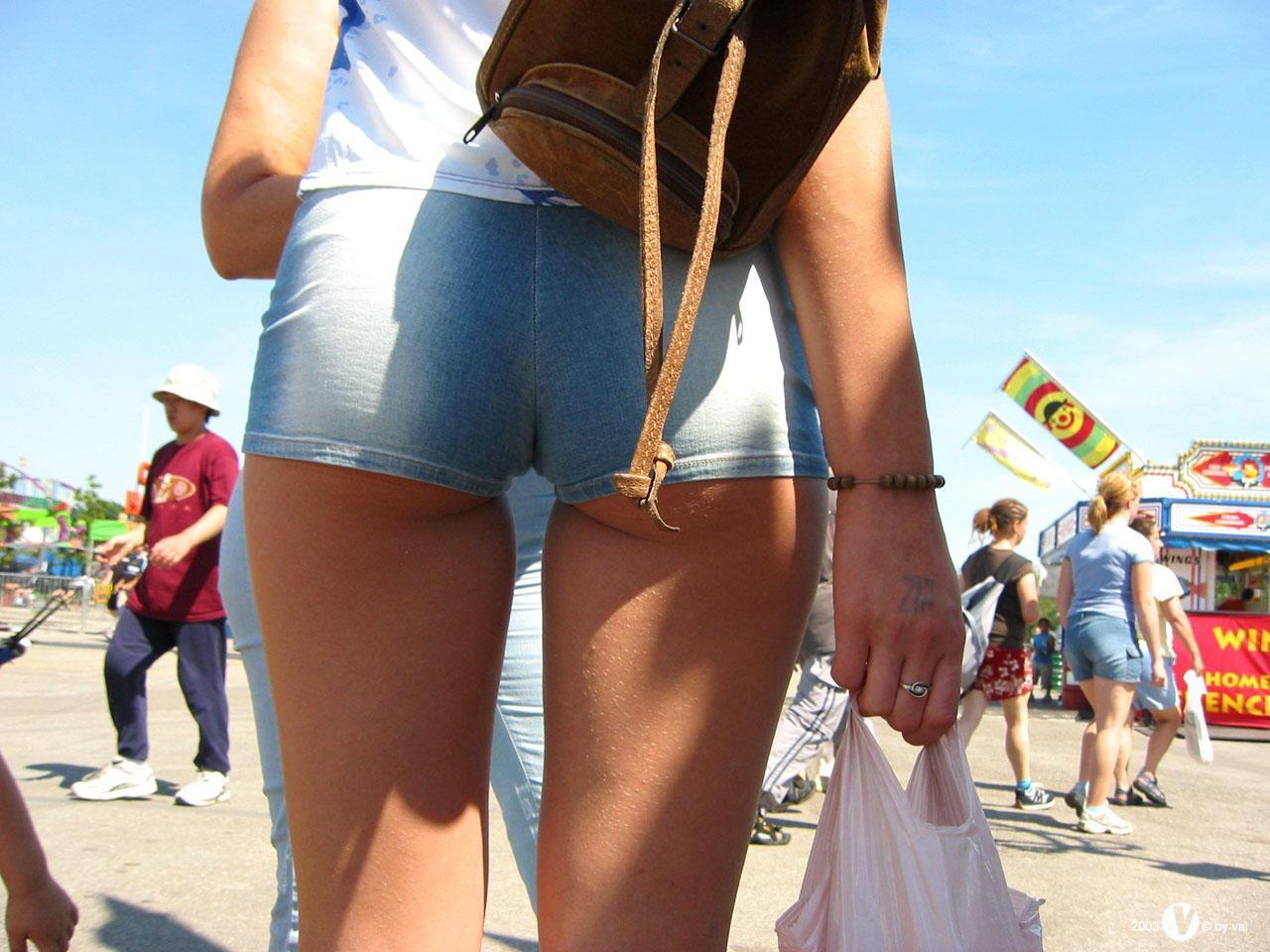 ホットパンツお尻が食い込み過ぎな外国人女性のエロ画像23枚・17枚目の画像