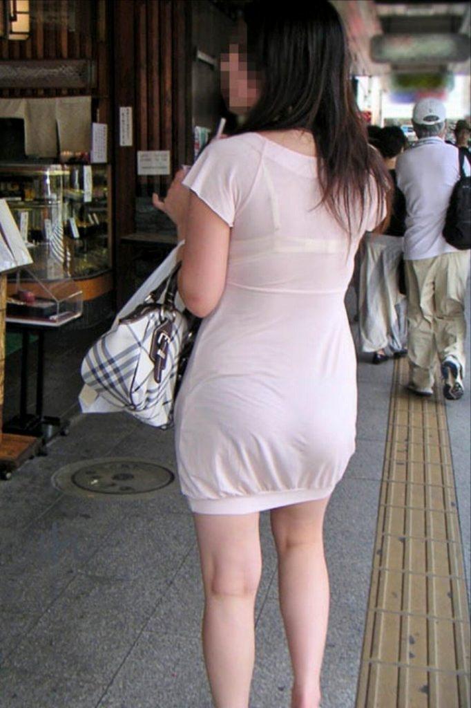 ワンピースで透けパンして街を歩く素人娘を盗撮した画像25枚・17枚目の画像
