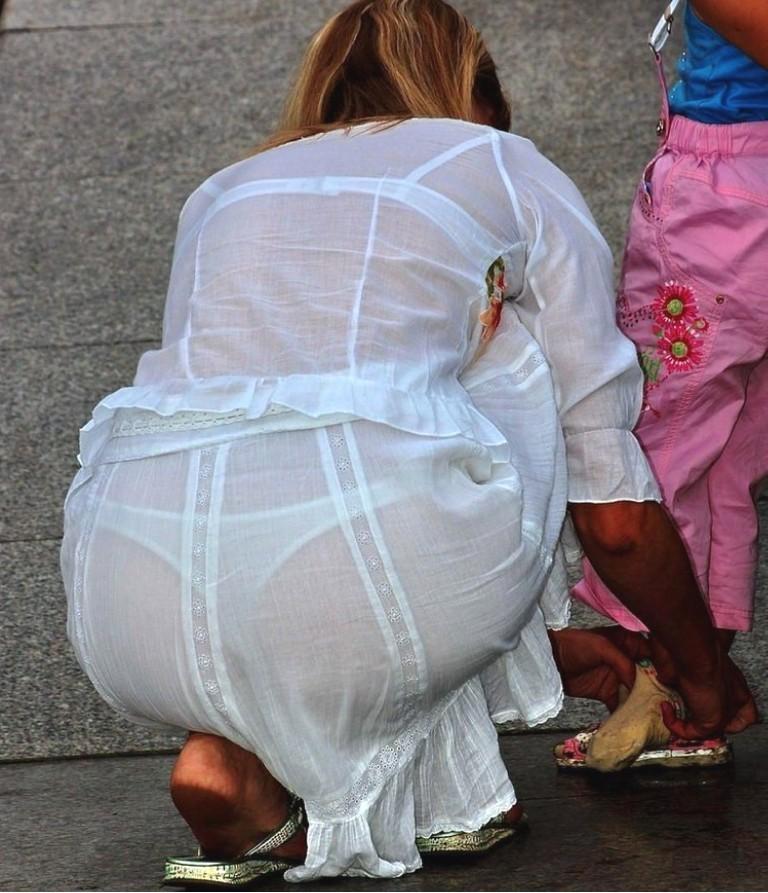 ワンピースで透けパンして街を歩く素人娘を盗撮した画像25枚・19枚目の画像