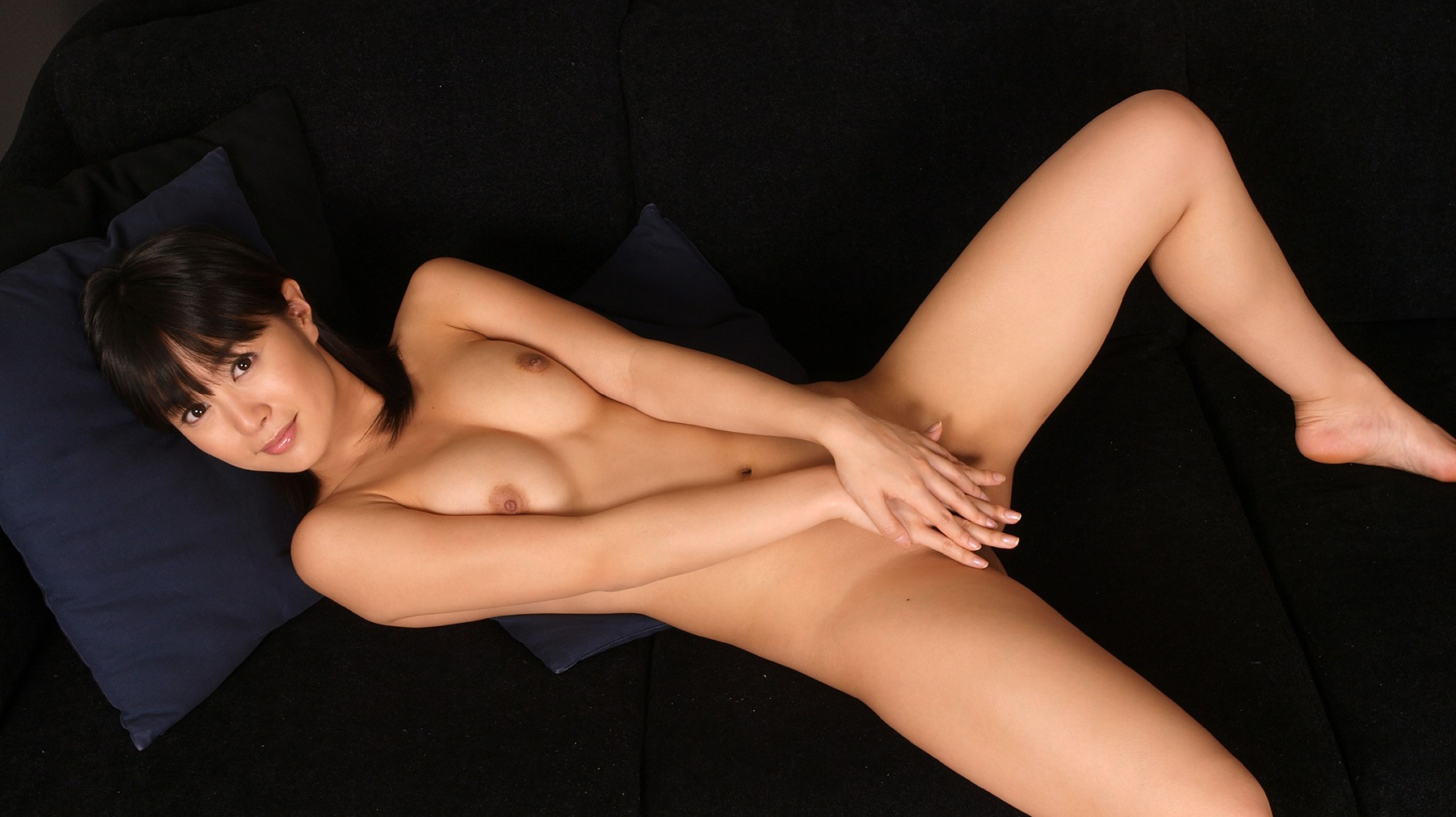 全裸でオマンコ必死に隠してる往生際悪い女のエロ画像32枚・20枚目の画像