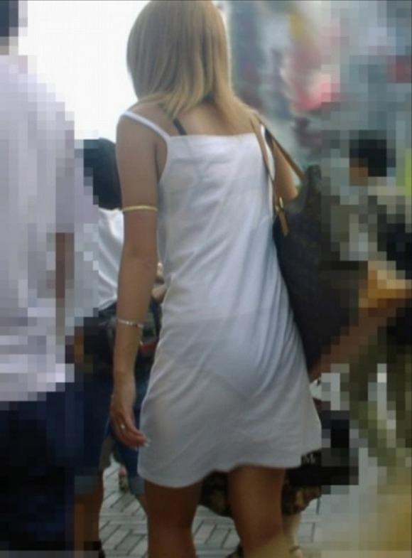 ワンピースで透けパンして街を歩く素人娘を盗撮した画像25枚・21枚目の画像
