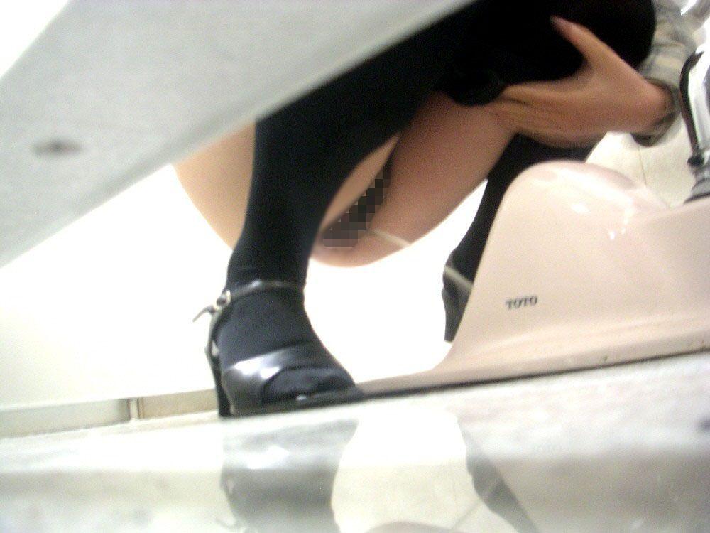 和式トイレのおしっこ中、盗撮エロ画像30枚・23枚目の画像