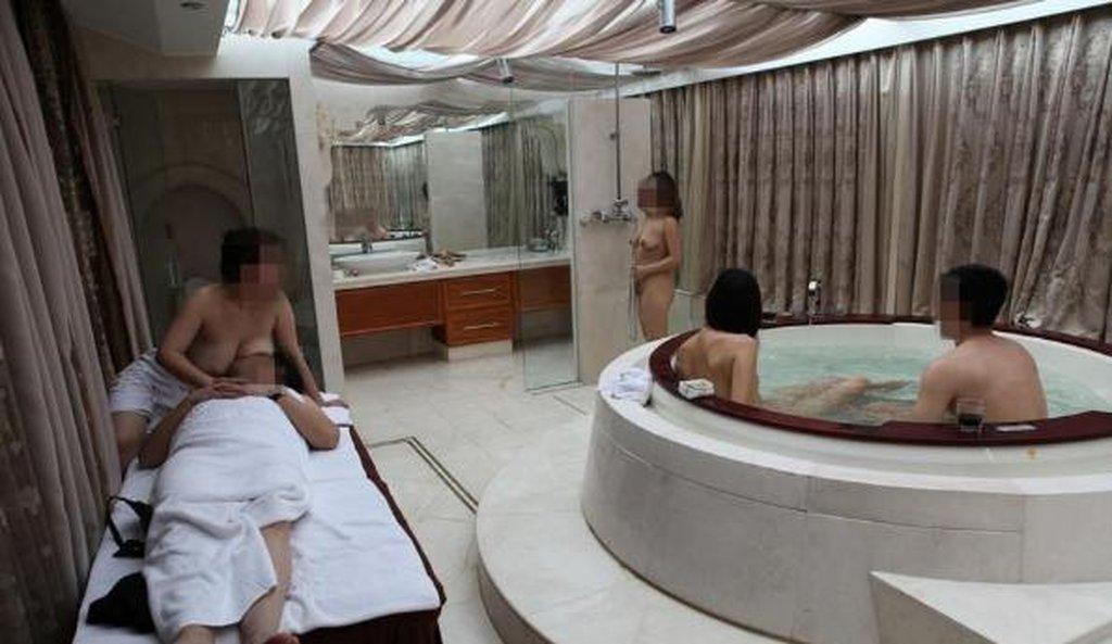 中国人大富豪のハーレム乱交という裏山エロ画像27枚・35枚目の画像