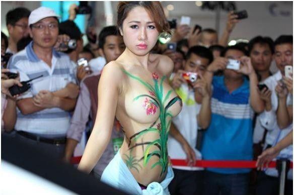 (※女性軽視)中国人モーターショーコンパニオンがぬーど同然の姿でワロタwwwwwwwwwwww(写真あり)