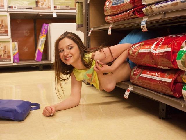 ショッピングモールで堂々露出しちゃう外国人露出狂のえろ写真wwwwwwwwwwww