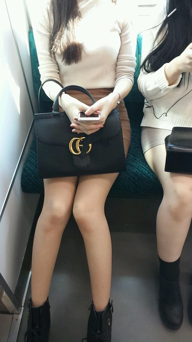 見て秘密撮影せずにはいられない列車内でパンツ丸見え寸前のミニスカ生足シロウト小娘wwwwwwwwwwwwwwww(写真あり)
