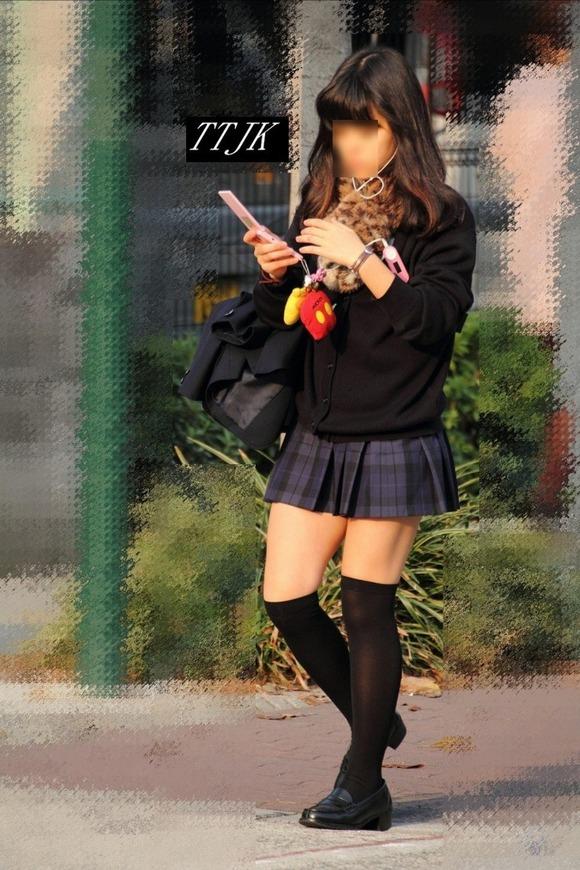 【素人JK】何もよりも女子高生の下半身太ももは美味しそうな件wwwwwww(盗撮エロ画像あり)・3枚目の画像