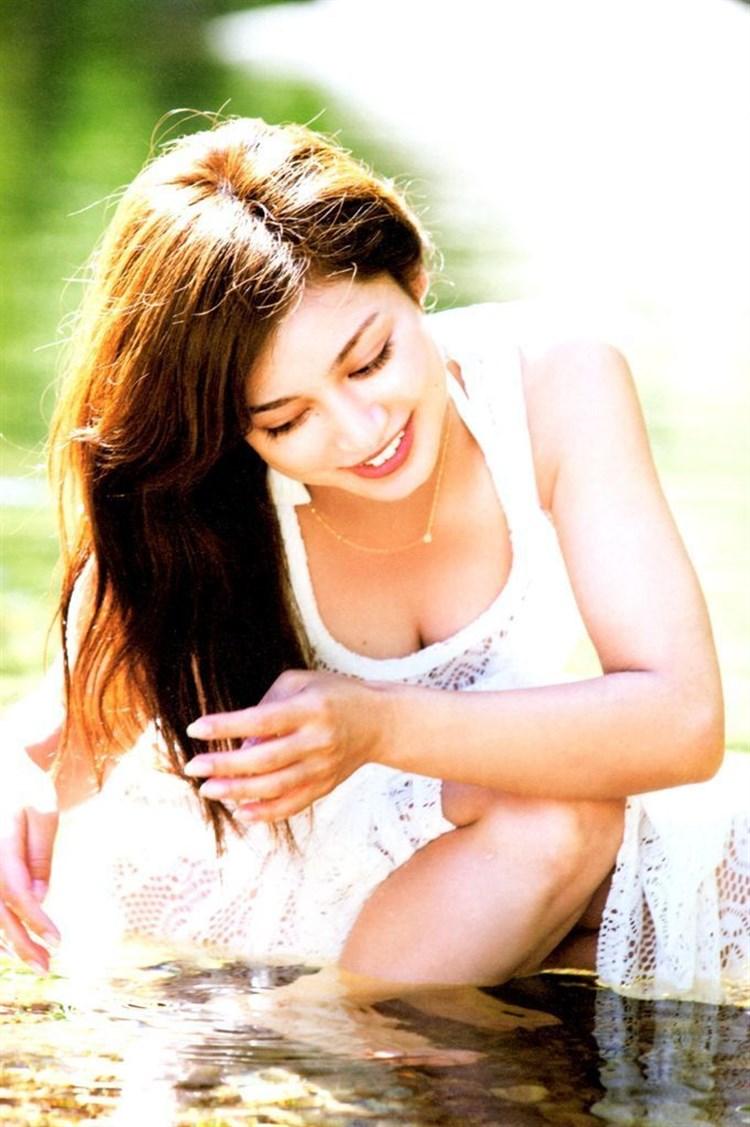 アモーレこと平愛梨のDカップ胸チラがエロすぎる写真集グラビアエロ画像wwwww・34枚目の画像