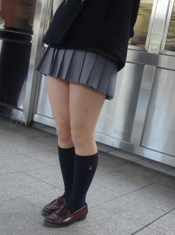【素人JK】何もよりも女子高生の下半身太ももは美味しそうな件wwwwwww(盗撮エロ画像あり)・32枚目の画像