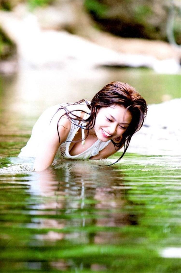 アモーレこと平愛梨のDカップ胸チラがエロすぎる写真集グラビアエロ画像wwwww・42枚目の画像