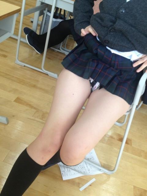 【エロ画像】ドウテイBOYからすればこんな悪ふざけでパンチラしまくる今時女子校生が教室内にいるとか拷問だろうなwwwwwwwwwwwwwww(画像あり)