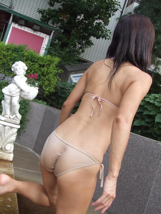 水着姿なのにお尻もオマンコもおっぱいも透けちゃってる素人娘のエロ画像・3枚目の画像