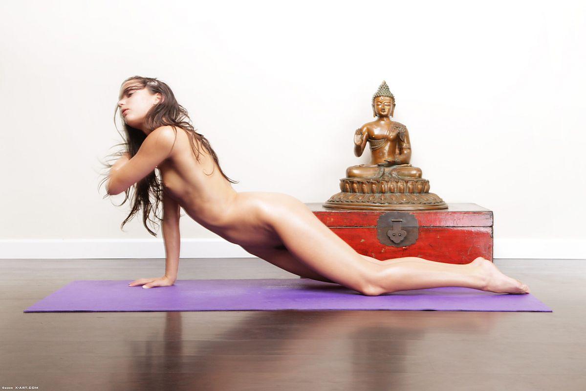 全裸ヨガしてる女が色んな体位でハメれそうで抜けるエロ画像32枚・16枚目の画像