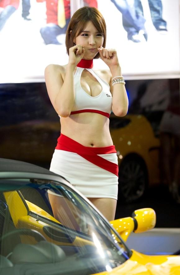 キャンギャルやイベコンの胸チラ谷間とミニスカ美脚エロ画像35枚・25枚目の画像