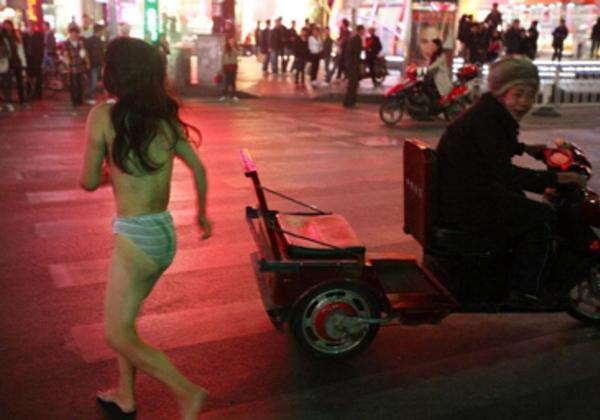中国人 全裸ヌード露出狂エロ画像25枚!日本とはまた違う狂気を感じる露出プレイwww・3枚目の画像