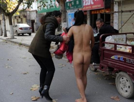 中国人 全裸ヌード露出狂エロ画像25枚!日本とはまた違う狂気を感じる露出プレイwww・11枚目の画像
