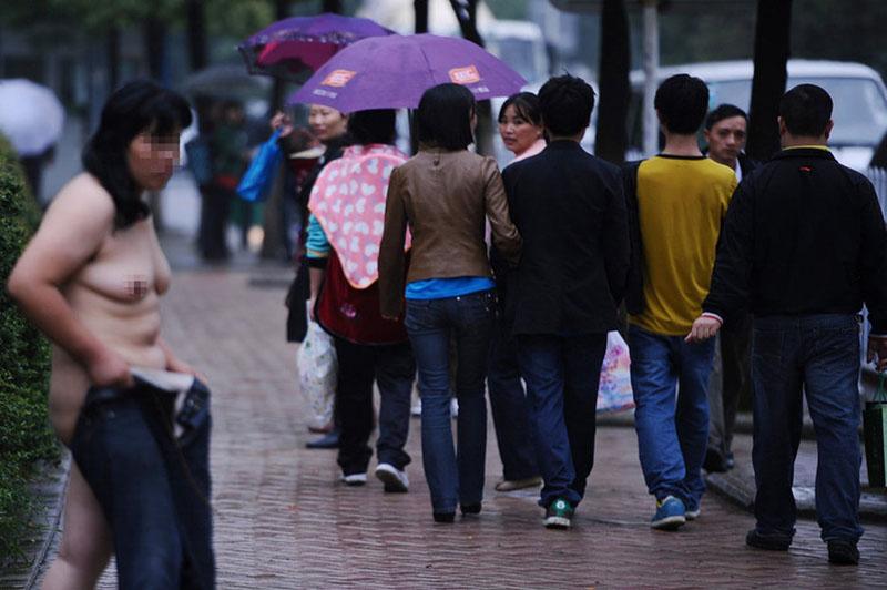 中国人 全裸ヌード露出狂エロ画像25枚!日本とはまた違う狂気を感じる露出プレイwww・13枚目の画像
