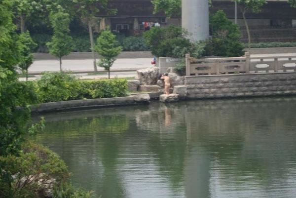 中国人 全裸ヌード露出狂エロ画像25枚!日本とはまた違う狂気を感じる露出プレイwww・18枚目の画像