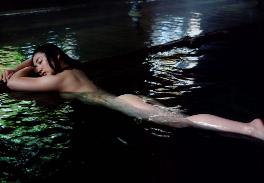 芸能人ヌード 生尻エロ画像32枚!お尻ヌードってことは撮影現場ではオマンコ見えてるってことだよな?www・20枚目の画像