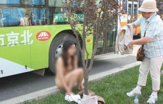 中国人 全裸ヌード露出狂エロ画像25枚!日本とはまた違う狂気を感じる露出プレイwww・28枚目の画像