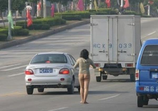 中国人 全裸ヌード露出狂エロ画像25枚!日本とはまた違う狂気を感じる露出プレイwww・29枚目の画像