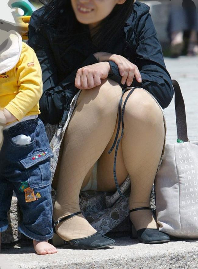 子連れ妻のパンチラ盗撮エロ画像30枚・2枚目の画像