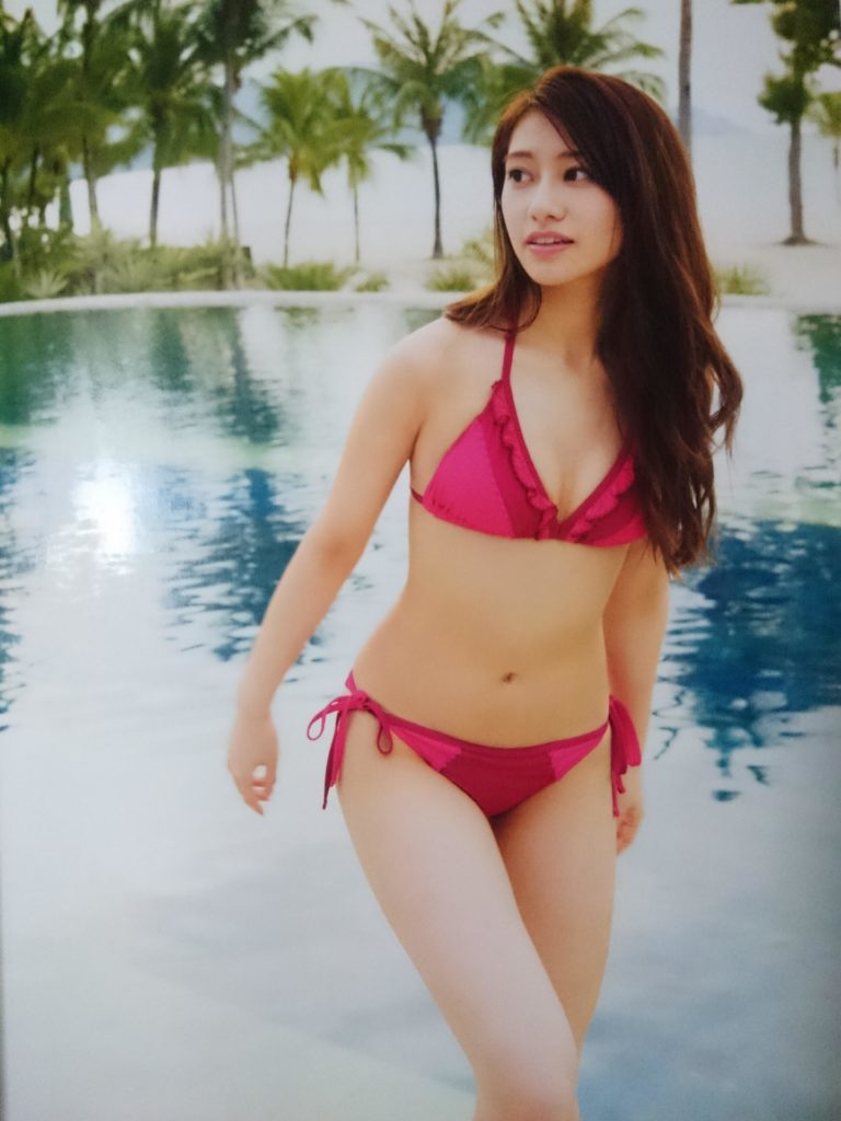 ピンク色の水着を着る桜井玲香