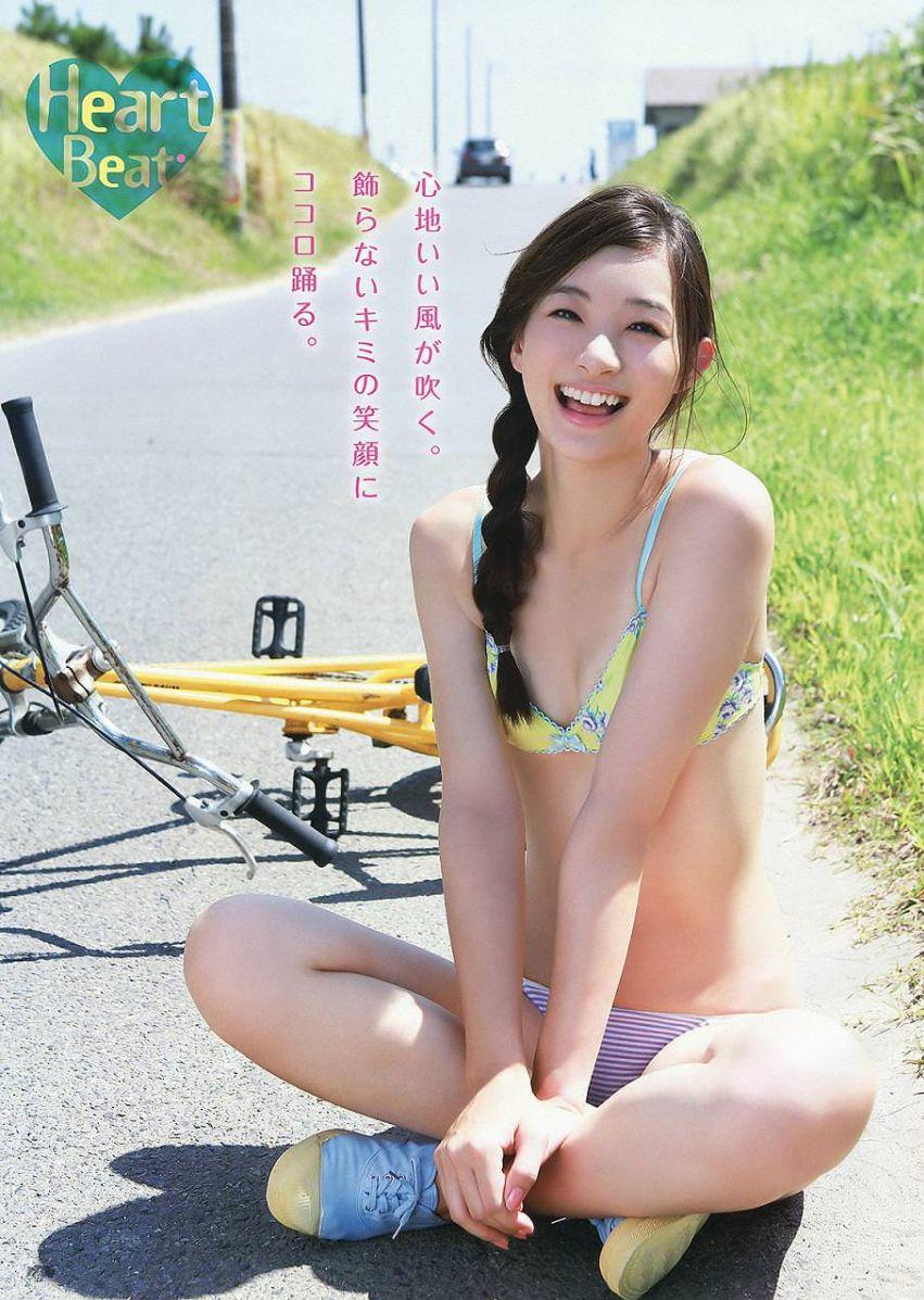 足立梨花(24)の最新セクシー下着姿&水着姿のエロ画像63枚・64枚目の画像